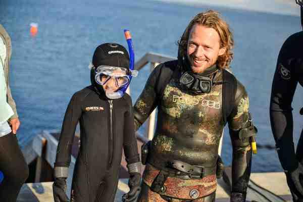 WWF's hav- og naturformidler Peter Skødt Knudsen og en lille dreng i våddragt under tidligere Opdag Havet-event i Århus. (Foto: WWF/Dennis Pedersen).