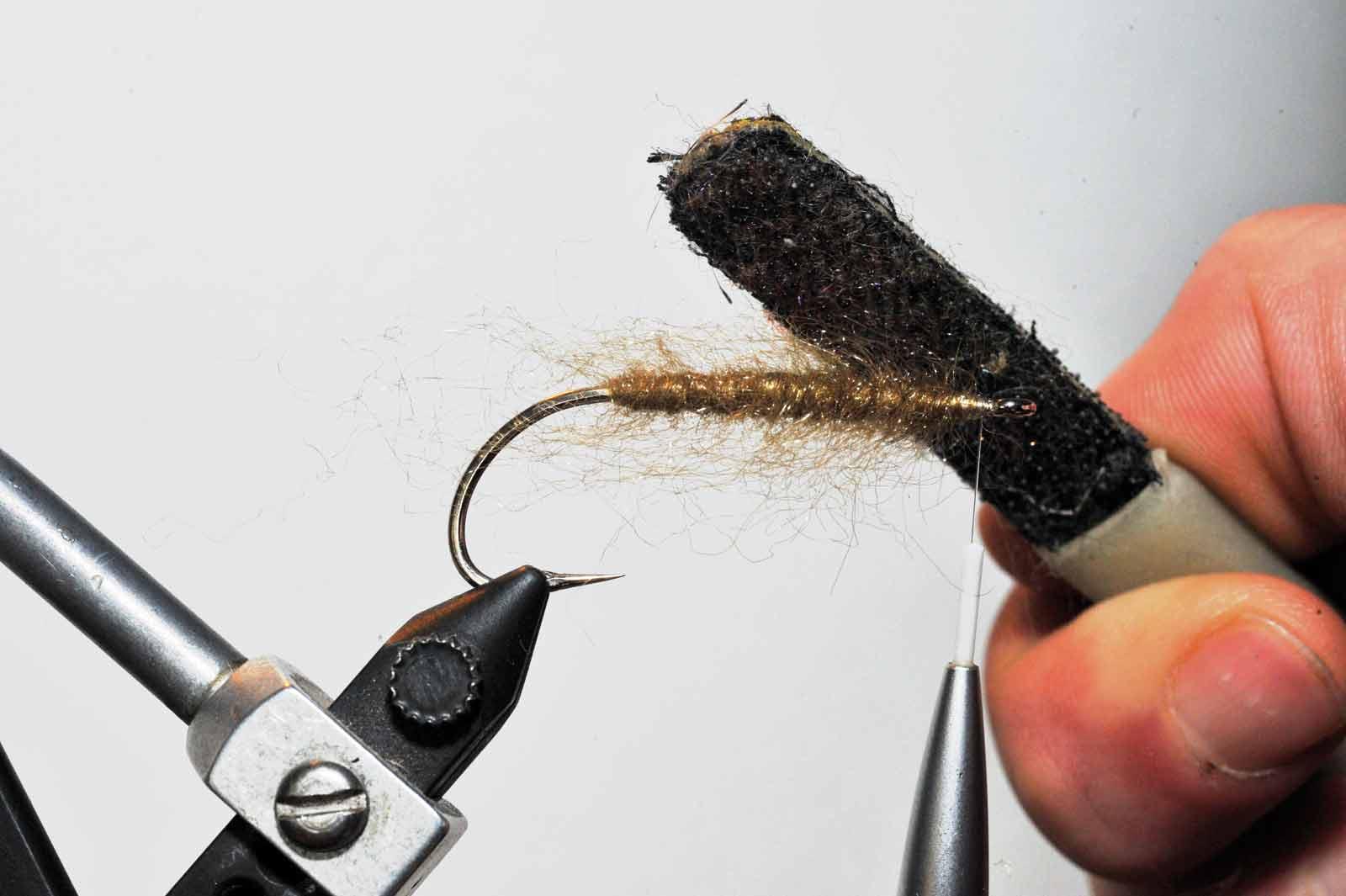 2). Dub så bindetråden med STF dubbing og tørn dubbingen hele vejen frem til krogøjet og børst dubbingen godt ud.