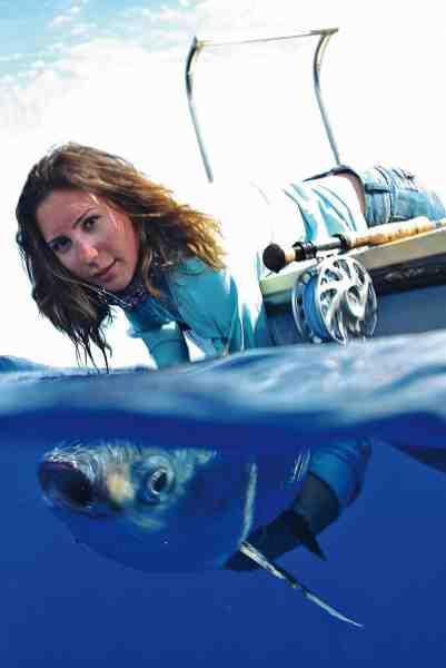 April i fuld færd med at genudsætte en smuk fluefanget milkfish i det klare vand.