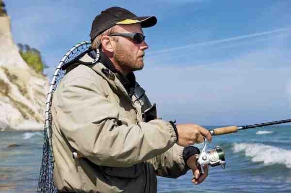 Uanset om du sightfisker eller som her blindfisker er et par pol-briller uundværlige – samt en god beskyttelse mod skadelig UV-stråling.