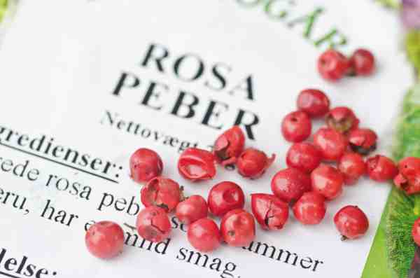 Rosa peber er stærke og parfumerede på en gang. Perfekt krydring på råmarineret torsk.