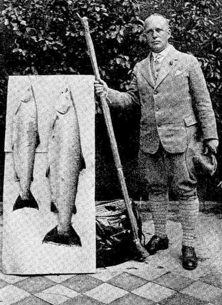 Lystfiskere var velklædte når fangsten skulle præsenteres. Her er det 2 flotte laks fra Skjern Å der foreviges. Ud fra billedet at dømme har fiskeren fået en professionel fotograf til at forevige begivenheden.