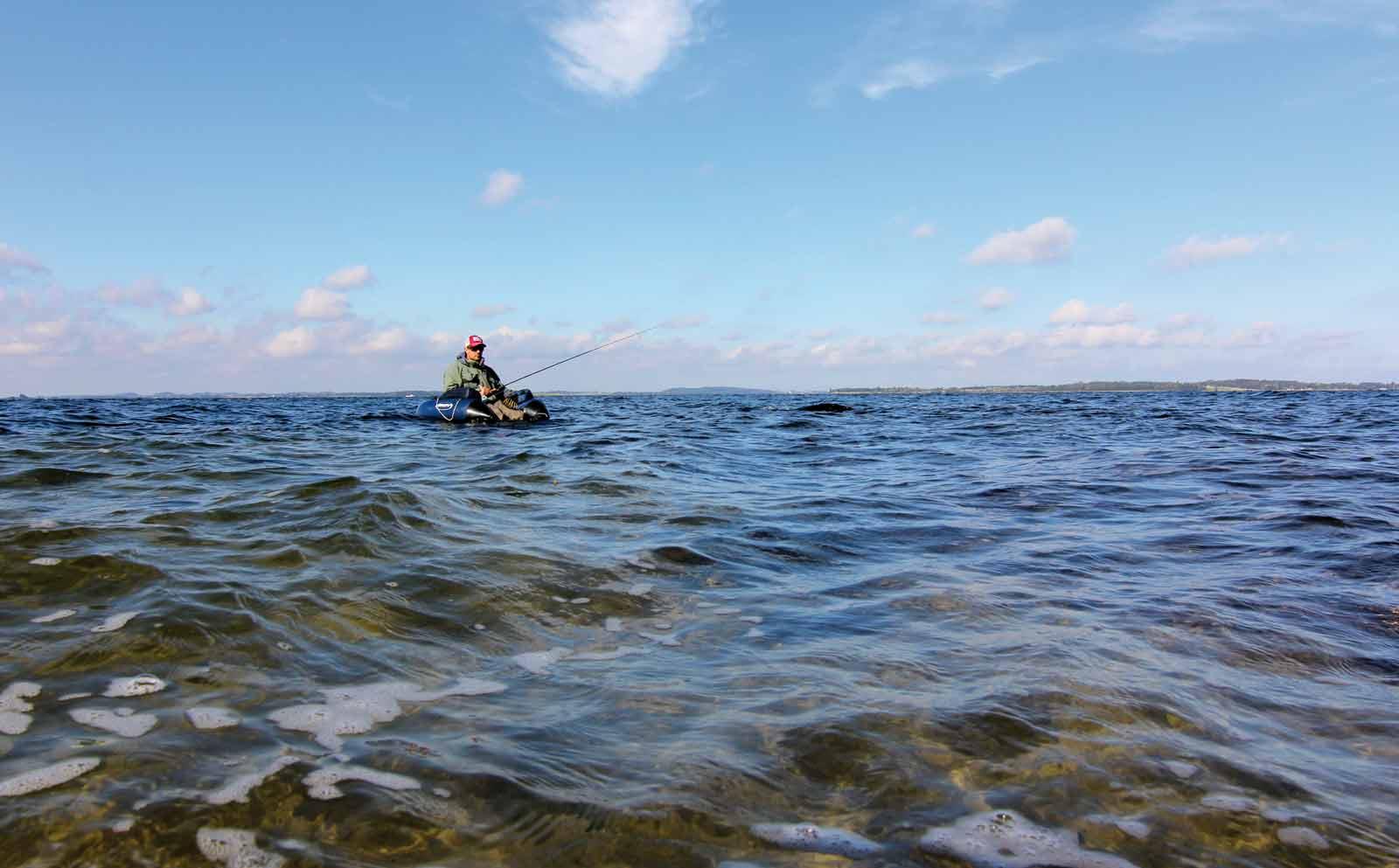 Med flydering og fluestang på kysten