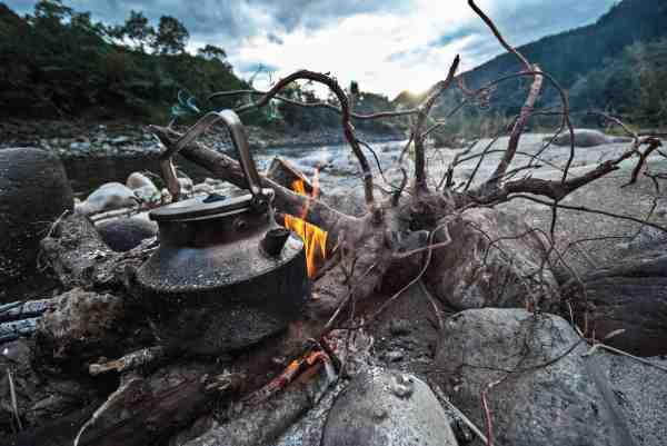Kogekaffe skal der til, hvis der skal fiskes de mange timer, som er nødvendige for at have held med laksefiskeriet.