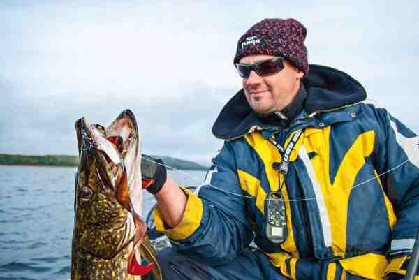 Ola Nilsson med en flot efterårsgedde, som satte tænderne i en af Jörgen Larssons trimmede Bull Dawgs.