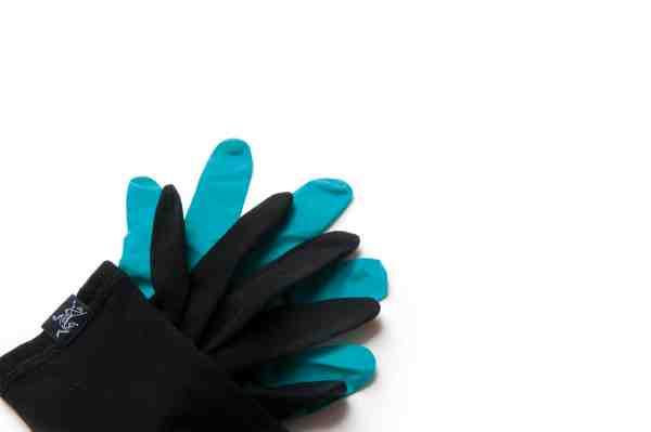 Aktivt kastefiskeri er svært at dyrke med hansker, men kombinerer du et par tynde liner handsker som fx disse Gothic Glove fra Arcteryx af merinould med et par vandtætte laboratorie hansker yderst, får du et effektivt værn mod kulden. Set hos www.friluftsland.dk