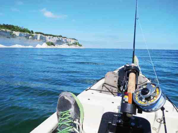 Med sine kun 28 kilo er Rønnest Kajakken let at få i vandet. Her ser du den på fiskeventyr ud for Stevns.