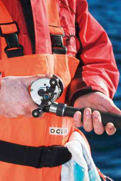 Der fiskes med spolen frikoblet – blot bremset med tommelfingeren, så man let kan lade fisken få lidt line til at få agnen ind.