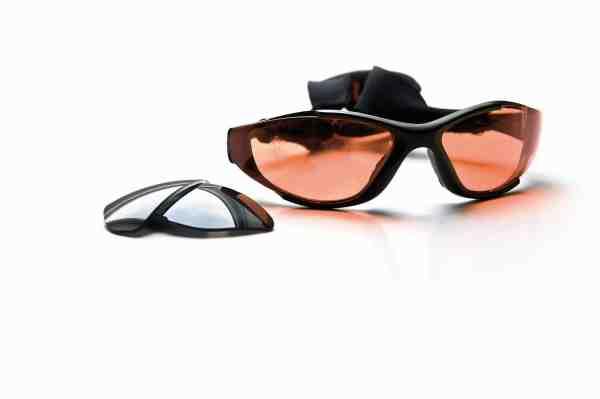 Forskellige typer af glas har hver deres fordele under specielle belysningsforhold. Nogle producenter – fx Numa – producerer briller, hvor man med et snuptag kan skifte brilleglasset til en farve der passer perfekt til situationen ved blot at skyde det ind/ud af stellet.