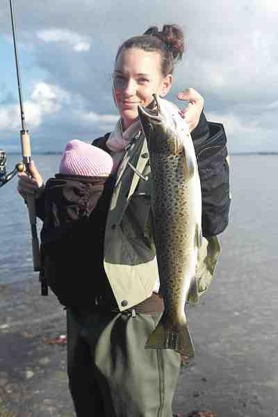 Sørens kone, Rie med en flot fisk og en sød baby. Fisken huggede på et kobberblink, der havde fået en stribe matgrå maling.