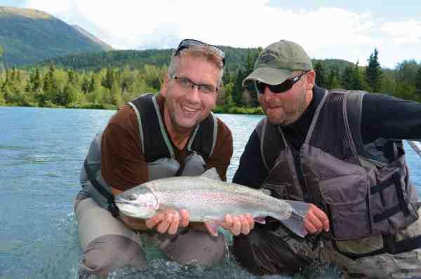 Fiskemagasinets vært på DK4, Mads Hussing sammen med vores guide Billy. Guiderne i Alaska er ofte yderst servicemindende og gør alt hvad de kan, for at man skal få en god fiskeoplevelse med hjem.