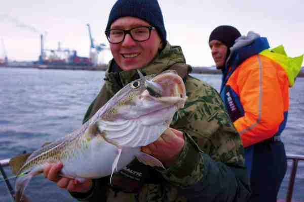 Niels Myling med smuk torsk taget på agn fra det gode skib Hjalmar.