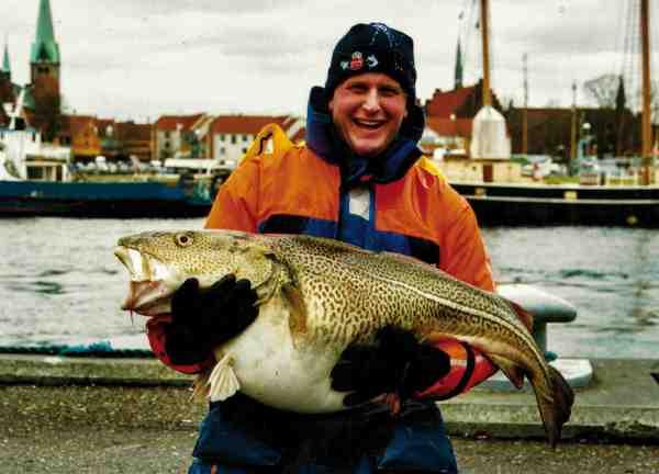 Peder Lichtenberg fra Sport Dres har gennem tiden fanget masser af store fisk – og torskene er heller ikke sluppet uden om hans søgelys. Her er han med en flot fisk på over 20 kilo.