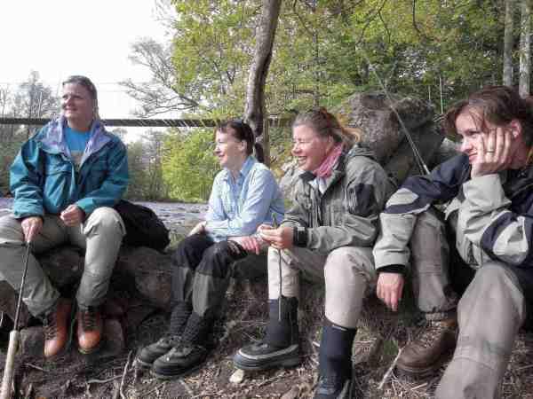 Eva, Cathrin, Sivan og Susanne fra Stockholm får sig envelfortjent pause, ved Pool 12i Mörrum.