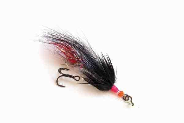Elastikfluen kan også fiskes på reloose-takel, hvis der er tale om mindre og spartansk dressede fluer op til 2-3 centimeters længde. Hvis du oplever, at den løsthængslede krog hægter op på fluematerialerne, når du fisker reloose-takel, skiftes blot til en styrende knude – fx grinnerknuden.