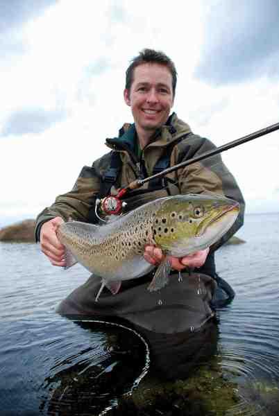 Thomas Caspersen – en garvet fjordfisker – fremviser en 3-kilos efterårsfisk. Fisken huggede på en Mepps spinner over et lille stenrev.