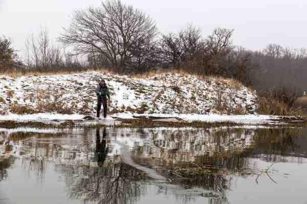 Allan Overgaard lægger fluen tæt på modsatte bred, på en kold januardag i Tryggevælde Å.