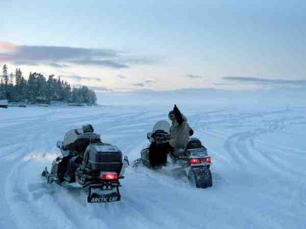 Transporten til fiskevandet er absolut en del af oplevelsen når man isfisker. Især hvis det som her foregår på lynhurtige snescootere.