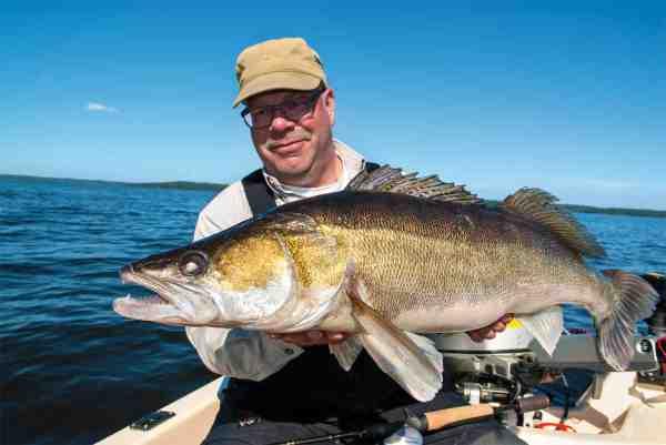 Fisk & Fri's sandartekspert Jörgen Larsson med en af hans utallige storsandarter.