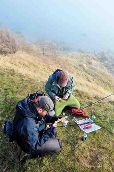 Der rigges op og diskuteres taktik en kold martsdag på kysten ved Arnager – Bornholm.