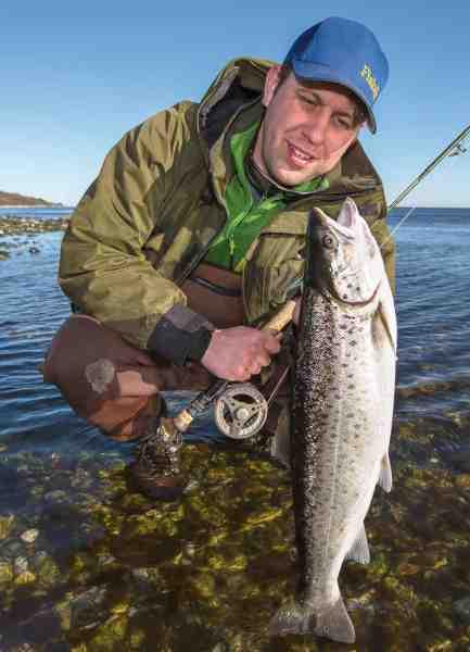 Artikelforfatteren med en fin fisk fra revet, som ikke kunne stå for en letdresset brun STF-reje.