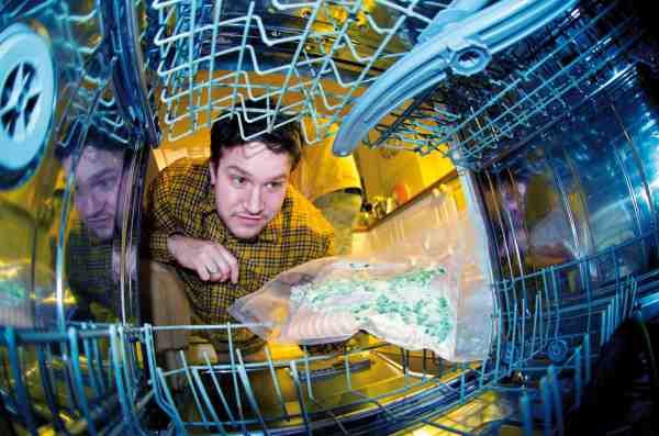 Når fisken er vacuumpakket med kryddersmør kyles den blot i opvaskemaskinen – så er der serveret efter halvanden time.