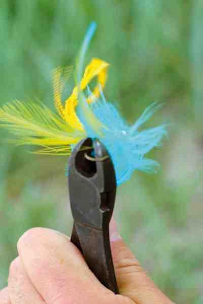 Når fluen er bundet klipper man let kroggabet væk med en tang og fluen er klar til at fiske.