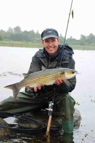 Henriks fiskekammerat Thomas Caspersen med et smukt eksemplar, der lod sig overliste på brød i dagens sidste timer.
