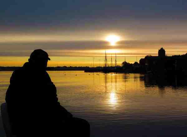 En stille morgen i Lillebælt med den charmerende by Middelfart i baggrunden.