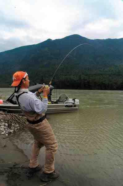 Vores vært Patrick V. Topp er ofte på floden for at sørge for at alle gæsterne har det godt – og der bliver da også tid til lidt fiskeri selv. Her er han spændt op med en flot laks.