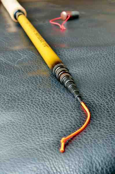 For enden af tenkarastangen er en kort snor, hvori man fastgør sit forfang.