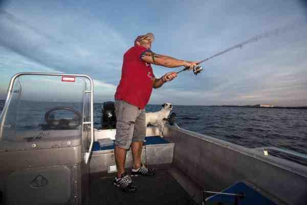 En stang, lidt blink i en madkasse og en iagttagende hund, er standard udrustningen når Allan er på vandet.