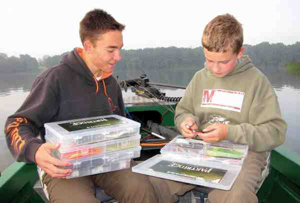 Johannes og Victor drøfter, hvilke jigs der skal afprøves i løbet af dagen.