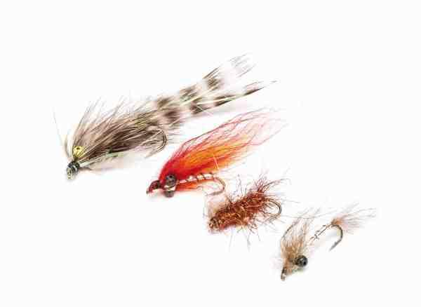 Et lille udvalg af Jans favoritfluer. Fra toppen: Grå Frede variant, Mickey Finn Variant, Kobberbassen og en pungreje imitation.