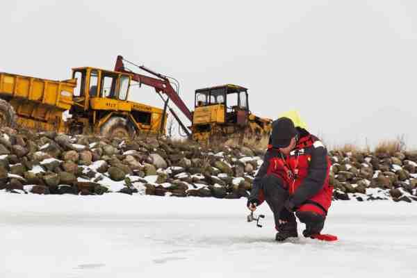 En lang hård vinter kan være streng mod den energiske kystfisker. Her får Peter Kirkby afløb for de værste abstinenser ved Lammefjordens Nordkanal.