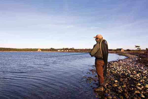 Mange kystpladser er bedre fisket fra land, da fiskene følger agnen helt ind. Kombinere man dette fiskeri med et ultra langt kast, kan det pynte gevaldigt på fangstjournalerne.
