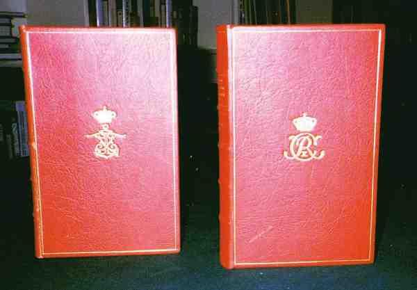 Eksemplar nr. 1 og 2 som blev foræret til henholdsvis kongen og kronprinsen. Smukt indbundne i rødt læder og med deres monogrammer i guldtryk. Foto: Heinz Gerhard.
