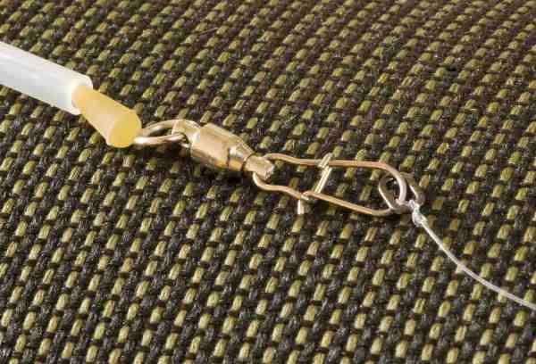På plastic bombardaer fisket med bombastick skånes knuden med en gummiperle eller som her flådstop. Kuglelejeblinklåsen modvirker kink og gør det samtidig let at skifte forfang, der er monteret med en rig-ring i enden for hurtige skift.