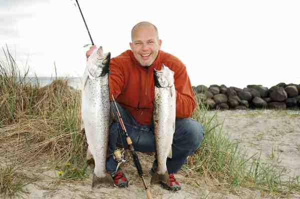 En glad Allan med frugten af et opsøgende fiskeri langs sydamagers kyster