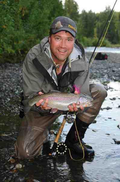 Forfatteren Flemming med en vidunderlig smuk regnbue. Sådan en fisk på fluegrej, er hele turen værd.