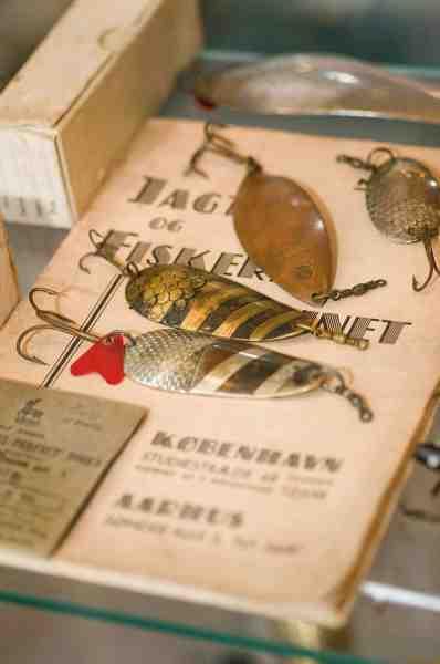 Jagt & Fiskerimagasinet ved Ludvig Svendsen udgav hvert år et katalog, hvor man kunne se forretningens store udvalg fra hele verden. Der foregik dog også en egenproduktion. De fire blink på kataloget er alle dansk producerede og »svanemærket«.