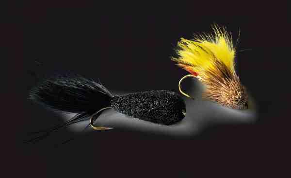 Hjortehårsfluer skaber en helt speciel trykbølge i vandoverfladen, når de strippes ind uanset om du fisker med fluestang eller bombarda. Her er det to klassikere: Sort Cigar og en Muddler Minnow.