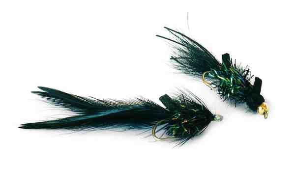 Sorte fluer er et absolut must, hvis det er fluekæppen, du foretrækker. Igen, monter noget der laver ravage i overfladen, måske noget med skum eller noget der laver buler i overfladen. Det kunne være fluer som fx Night Skater og Night Tobis, fra Unique Flies.