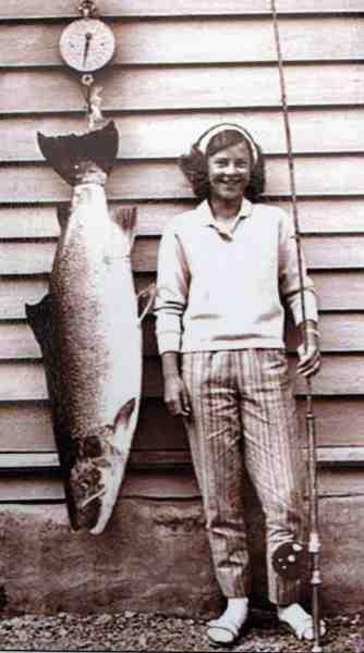 En lille pige med enorm norsk laks på over 20 kilo.