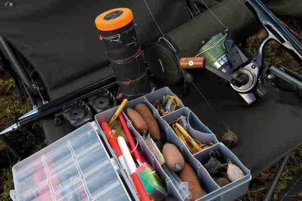 Taklerne kan med fordel bindes hjemmefra og opbevares på en rig-roll som vist i baggrunden. I box'en ses alskins nødvendingeder som fx lodder, bagbly, langsomt synkende foamlodder til blød bund samt specielle deadbait flåd, som anvendes til flådfiskeri med »laying-on« teknikken.