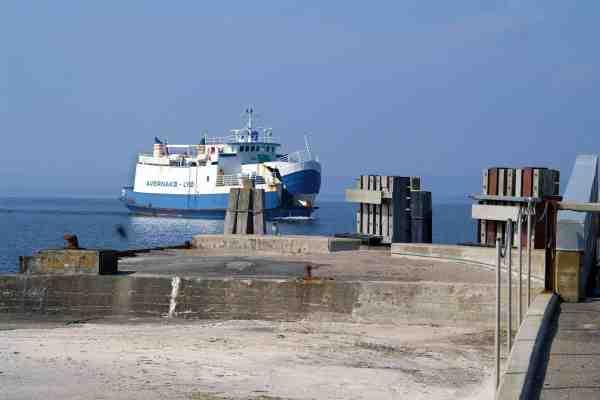 Den lille færge mellem Fyn og Avenakø gør klar til at ligge til havn.