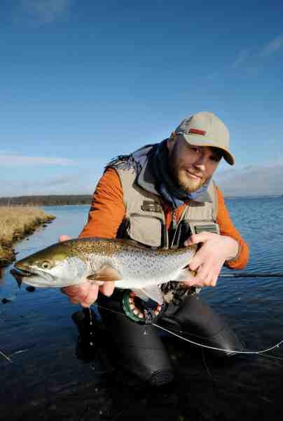Rasmus Ovesen er god for massevis af flotte kystørreder – og her er han med en af dem fanget i den første spæde varme i marts.