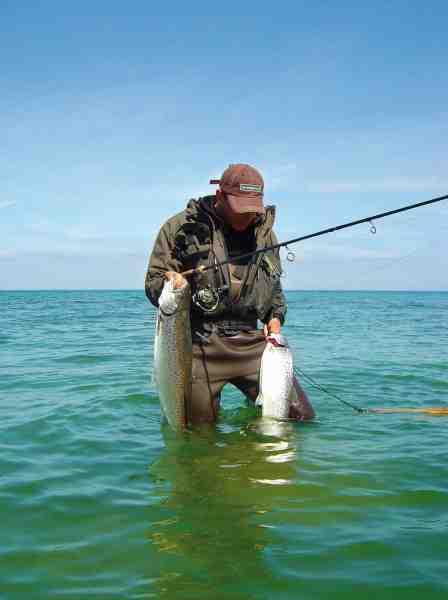 David Thormar med to fisk, der blev taget på kanten mellem sand og tang.