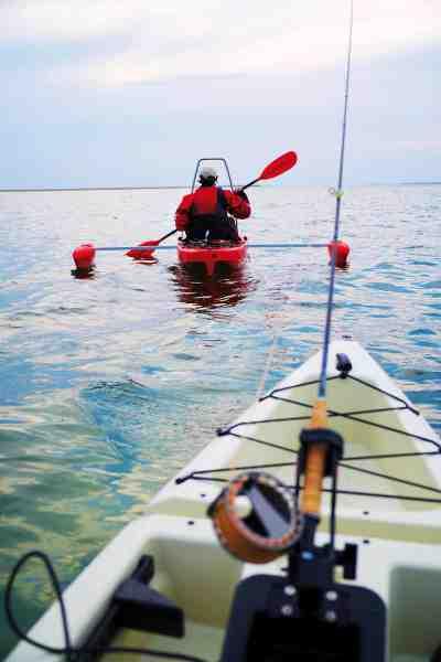 Til stand-up fiskeri monteres en bøjle, man kan støtte sig til – og den er placeret, så den ikke er i vejen, når man sejler.