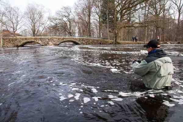 Peter Karlsson er vadet ud til den perfekte position oven for broen, eller bare »Broen«, som de lokale kalder pladsen.